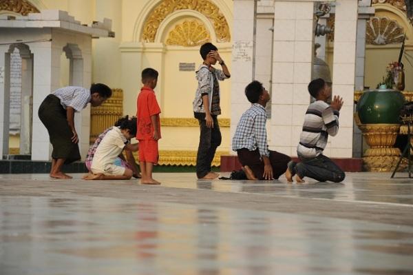 praying at paya